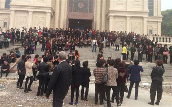Christian human chain China
