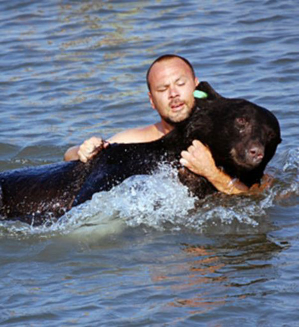 man saves bear from drowning