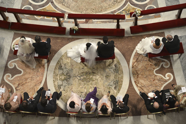 Pope Francis marries 20 couples