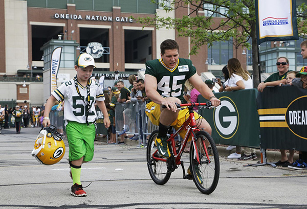 Green Bay Packers ride bikes for kids