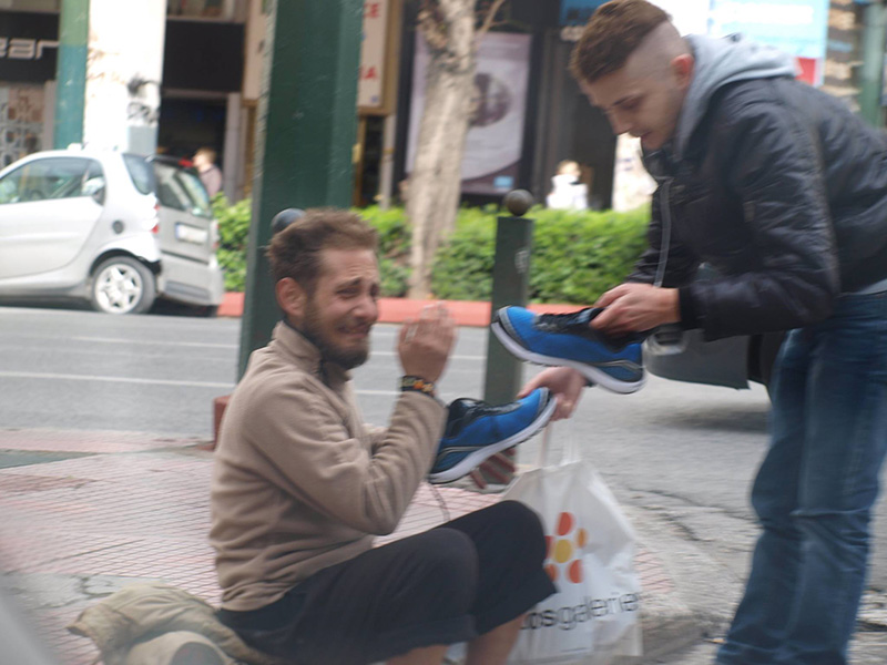 裸足のホームレスのために靴を買ってあげる →ホームレス泣く ギリシャ