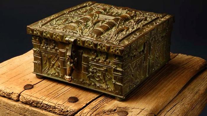 millionaire hides treasure chest