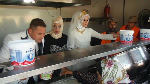turkish newlyweds celebrate marriage feeding 4000 syrians