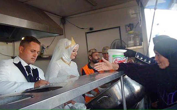 turkish newlyweds celebrate marriage feeding 4000 syrians