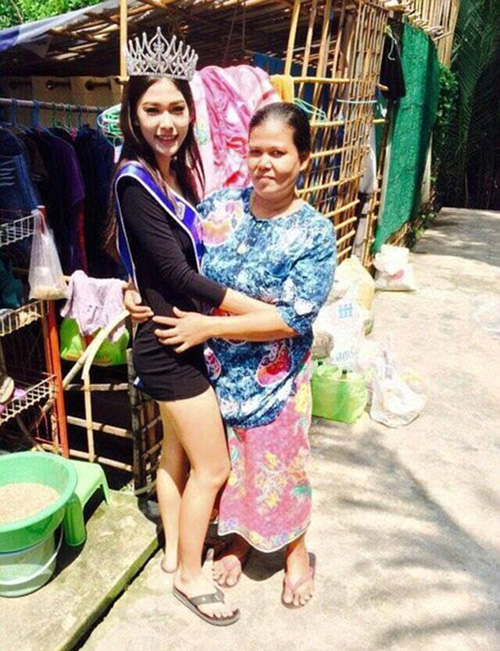 ms thailand kneels to mom respect