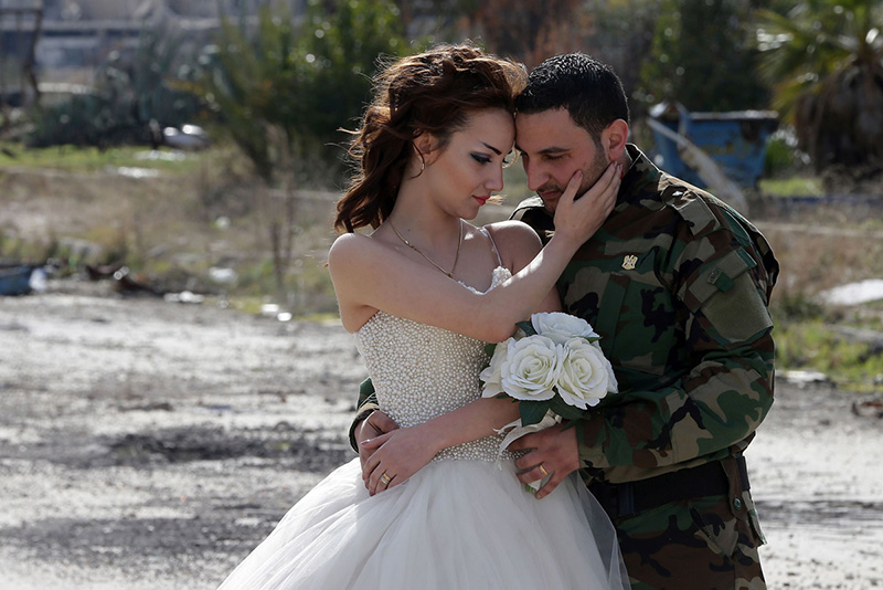 Syrian newlyweds wedding photos in rubble