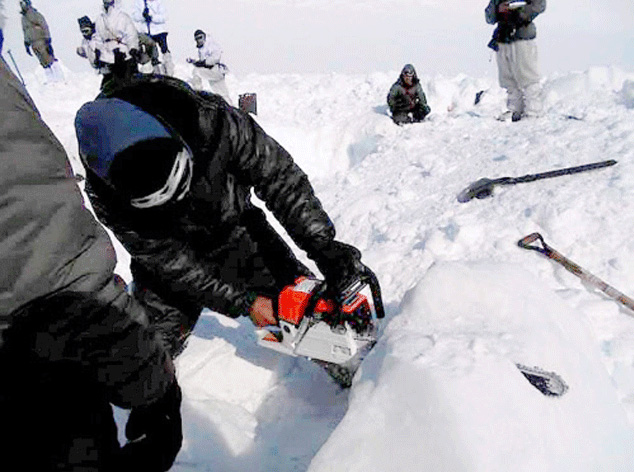 soldier found alive under avalanche