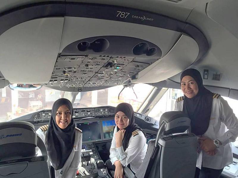 all female crew plane