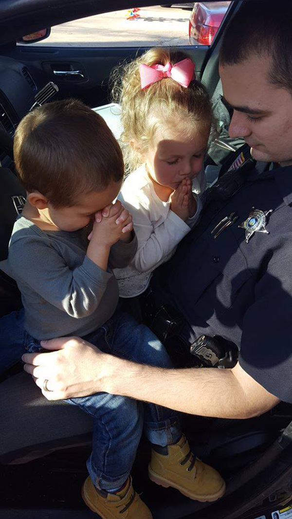cop prays with kids