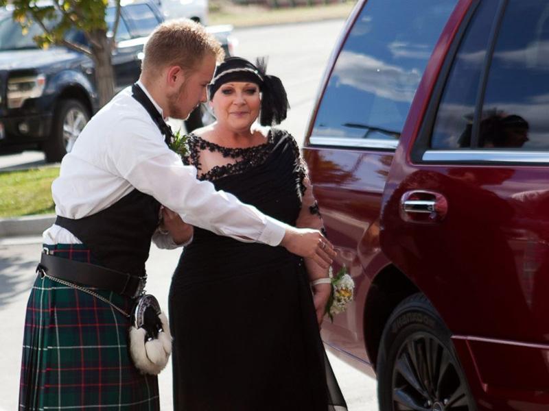teen takes terminally ill mom to prom