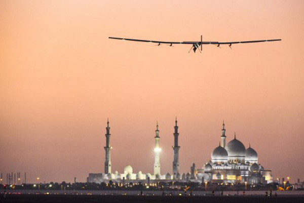 plane flies around world no fuel