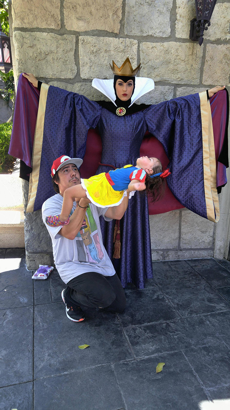 dad poses daughter as snow white photoshop
