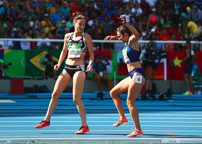 runner helps runner get up olympics