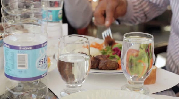 Nutrition Expert Explains Why You Should Not Drink Water During Meals
