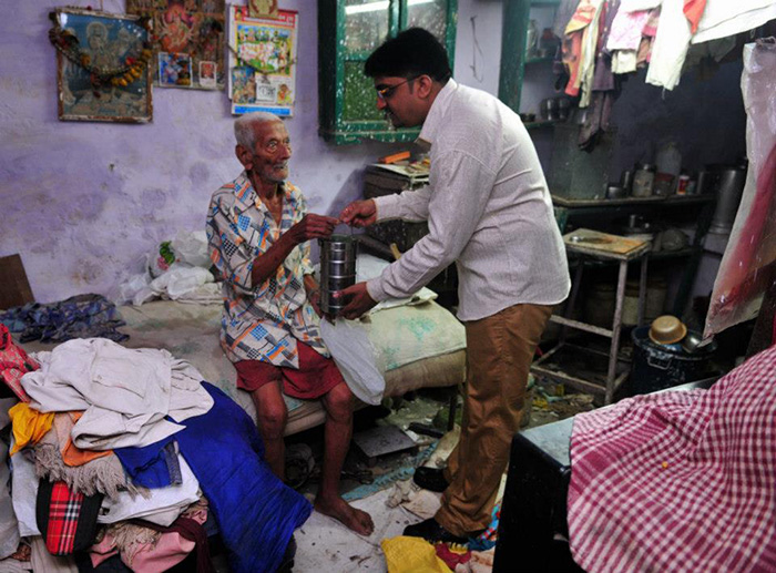 doctor has been feeding 500 old needy people daily for a decade