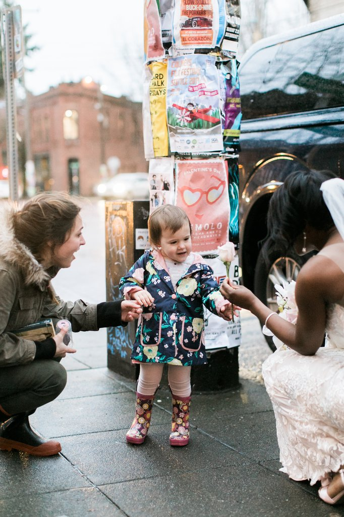Little Girl Thinks Bride Is Real-Life Princess From Her Favorite Book  2hnyb-little-girl-thinks-bride-is-princess-2