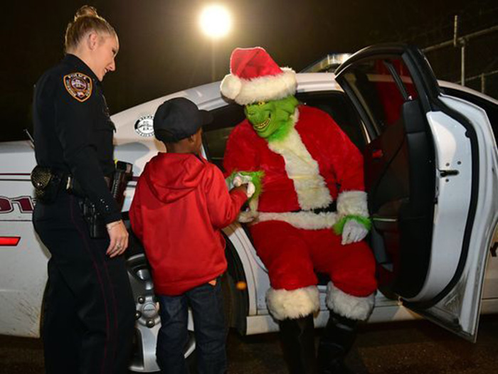 5 year old calls police on Grinch arrests him