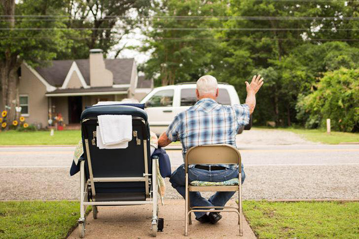 elderly couple dementia waves to cars
