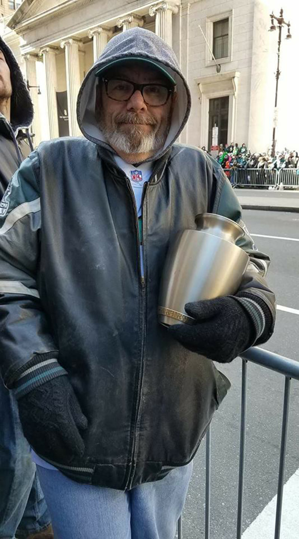 man carries wife in urn to Eagles parade
