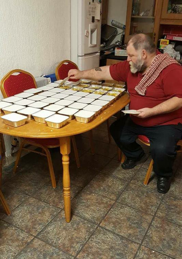 retired man makes 50 tubs of curry for homeless