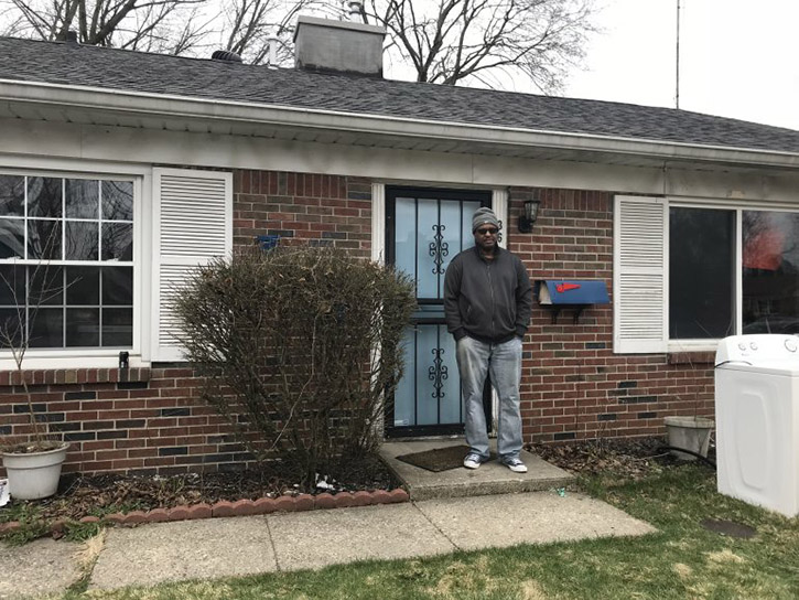 vounteers help homeless veteran move into childhood home