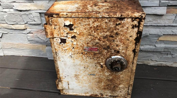 NY Couple Finds Buried Safe Full Of Cash, Diamonds And ...