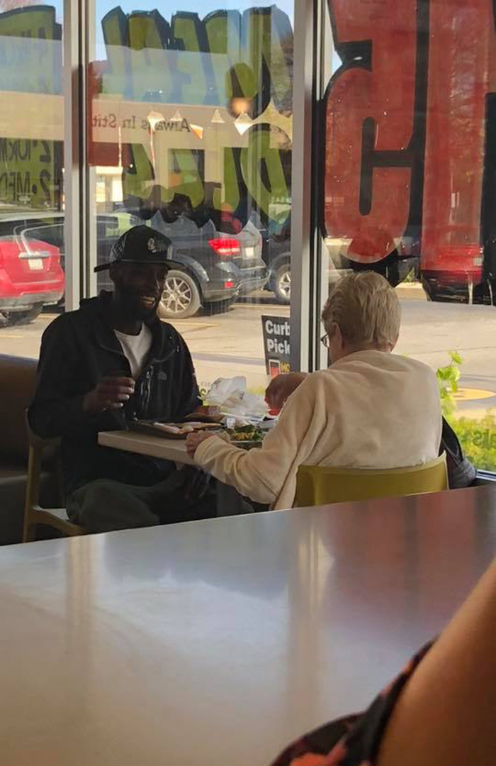woman asks to sit with a stranger mcdonalds