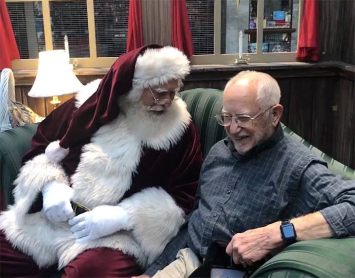 santa kneels for veteran