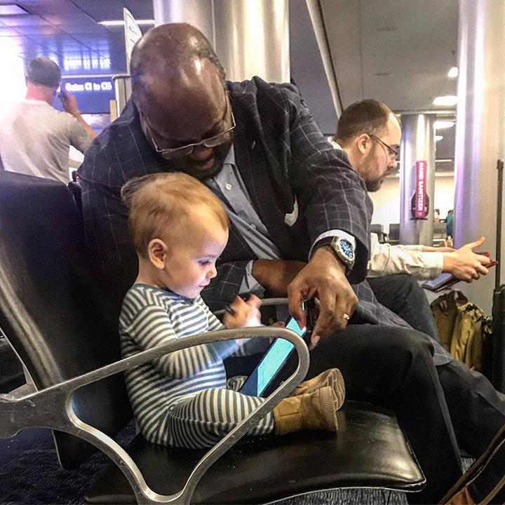 stranger plays with little girl on plane kindness