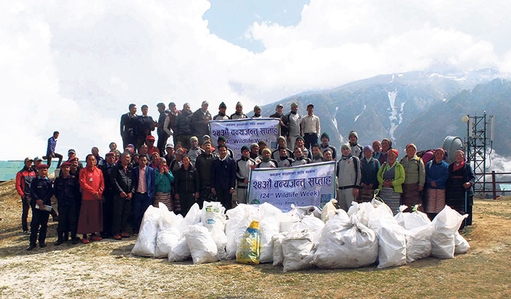 Nepal army removes 2 tons trash from Everest