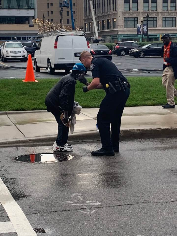 cop helps homeless man shave