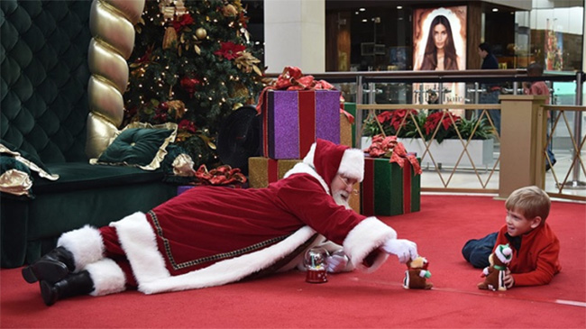 malls open early for Santa kids Autism