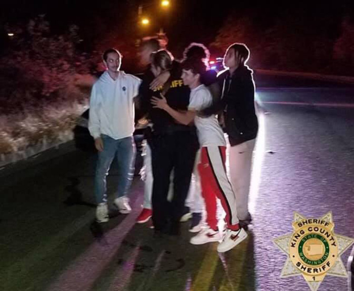 teens save cop from attacker