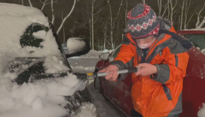 10 year old cleans snow off cars hospital