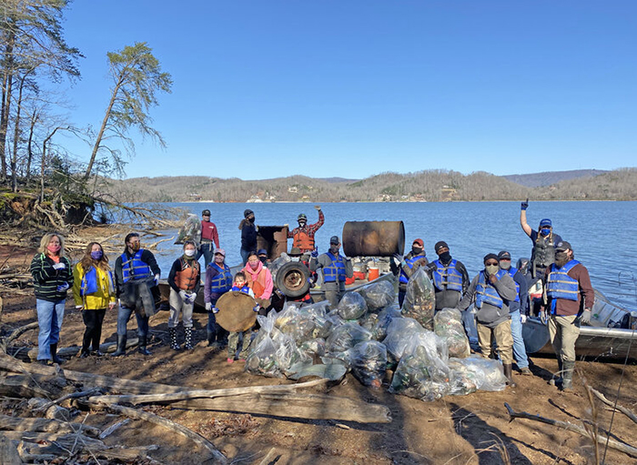 volunteers clean up tennessee river