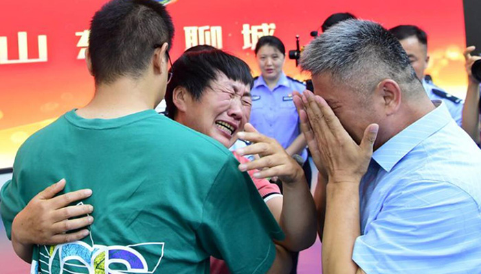 Chinese father reunited with kidnapped son